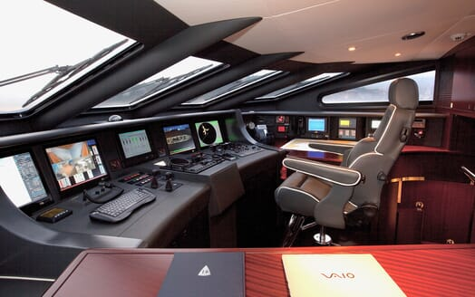 Motor Yacht Perle Noire bridge