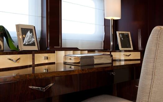 Motor Yacht Perle Noire desk