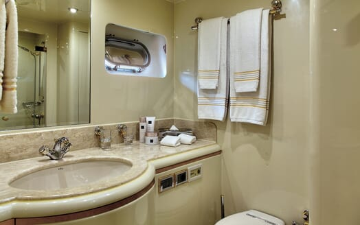 Motor Yacht Harmony I guest bathroom