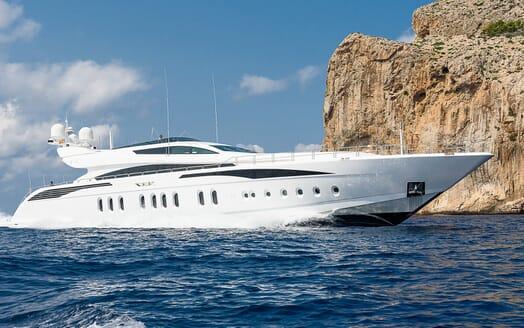 Motor Yacht Lisa IV cruising