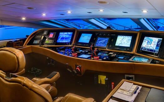 Motor Yacht Lisa IV bridge