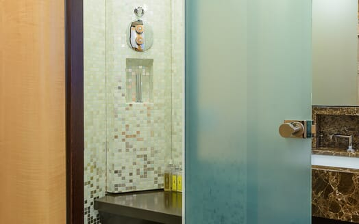 Motor Yacht Lisa IV guest bathroom