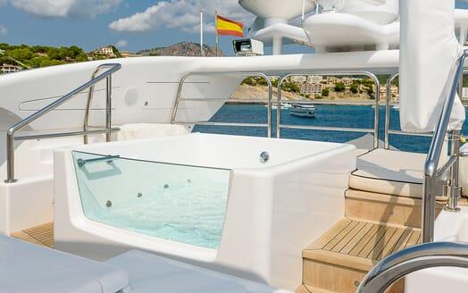 Motor Yacht Lisa IV hot tub