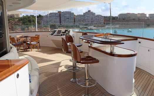 Motor Yacht Laurel bar