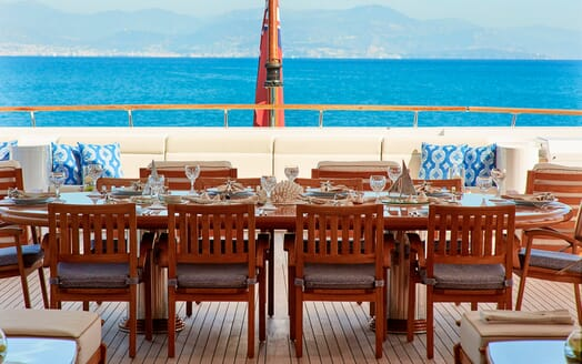 Motor Yacht Laurel al fresco dining