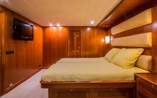 Motor Yacht Voyager guest cabin