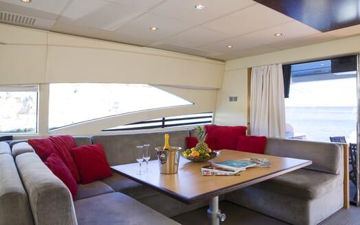Motor Yacht Tiger Lily salon