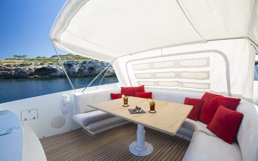 Motor Yacht Tiger Lily seating area