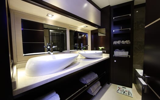 Sailing Yacht Perla Del Mare bathroom