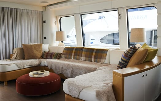 Motor Yacht WILLOW Main Salon Seating