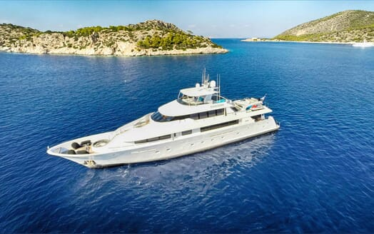 Motor Yacht Endless Summer anchored