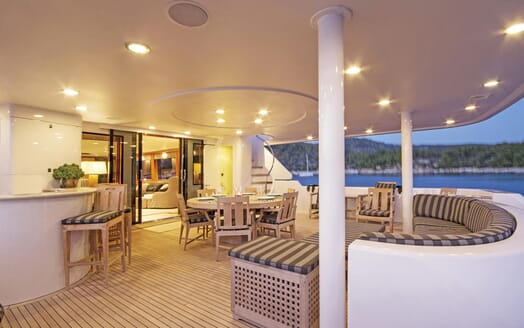 Motor Yacht Endless Summer outdoor dining area