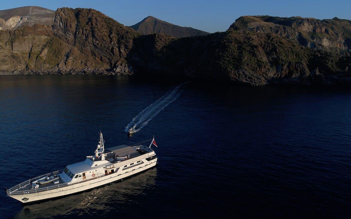Motor Yacht SHAHA Side on profile