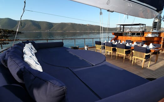 Sailing Yacht Clear Eyes sun loungers