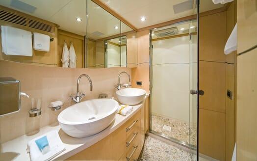 Motor Yacht Salu bathroom