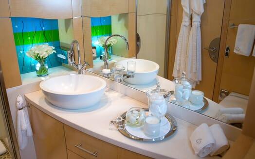 Motor Yacht Salu guest bathroom