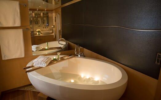 Motor Yacht Salu master bathroom