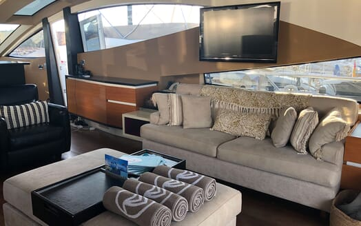 Motor Yacht FUNKY TOWN Main Saloon TV and Seating