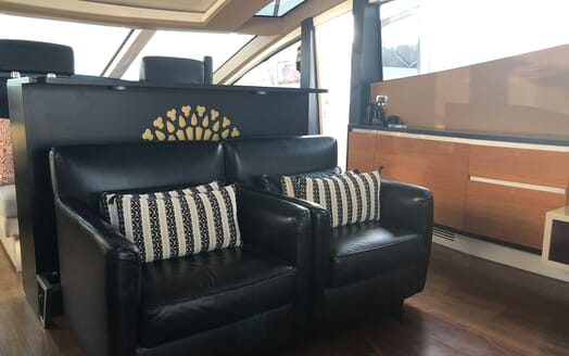 Motor Yacht FUNKY TOWN Main Saloon seating