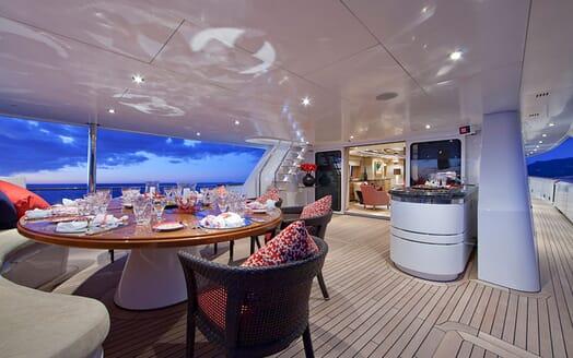 Motor Yacht Big Change II al fresco dining