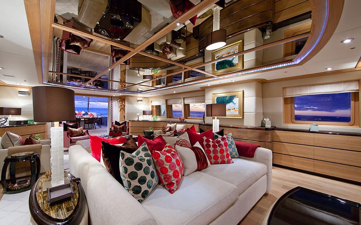 Motor Yacht Big Change II living area
