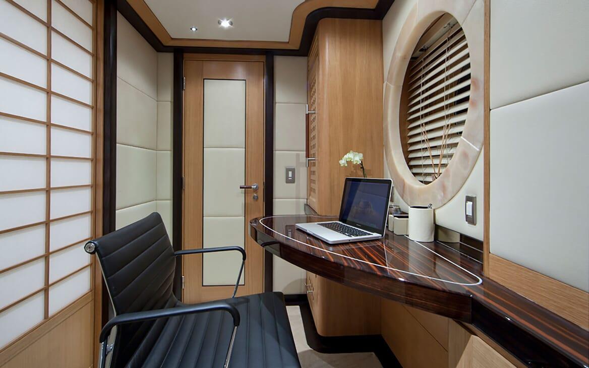 Motor Yacht Big Change II desk