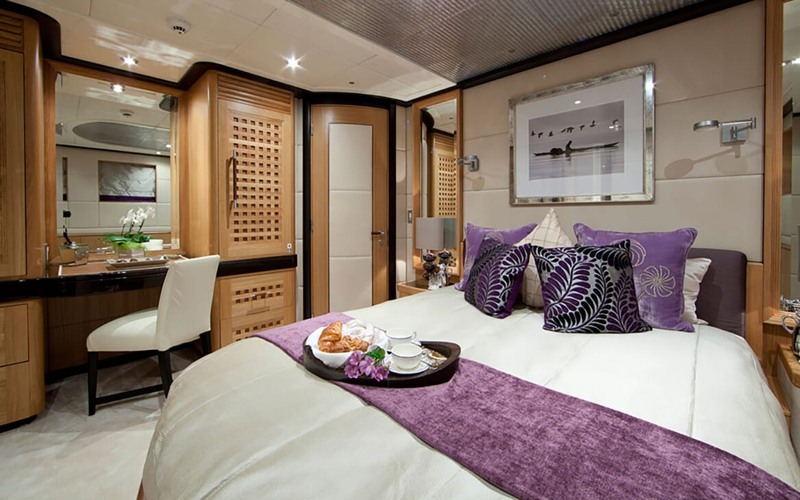 Motor Yacht Big Change II VIP bathroom