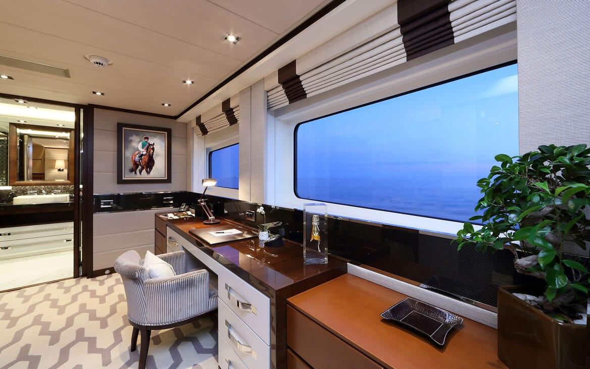 Motor Yacht AURELIA Desk