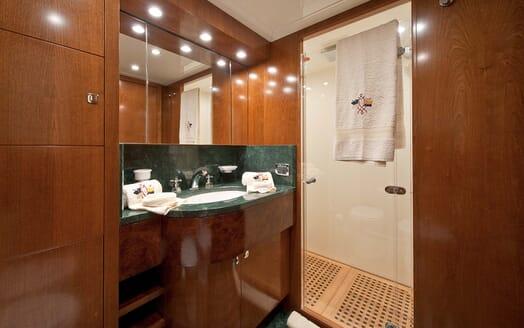Motor Yacht Mrs White bathroom