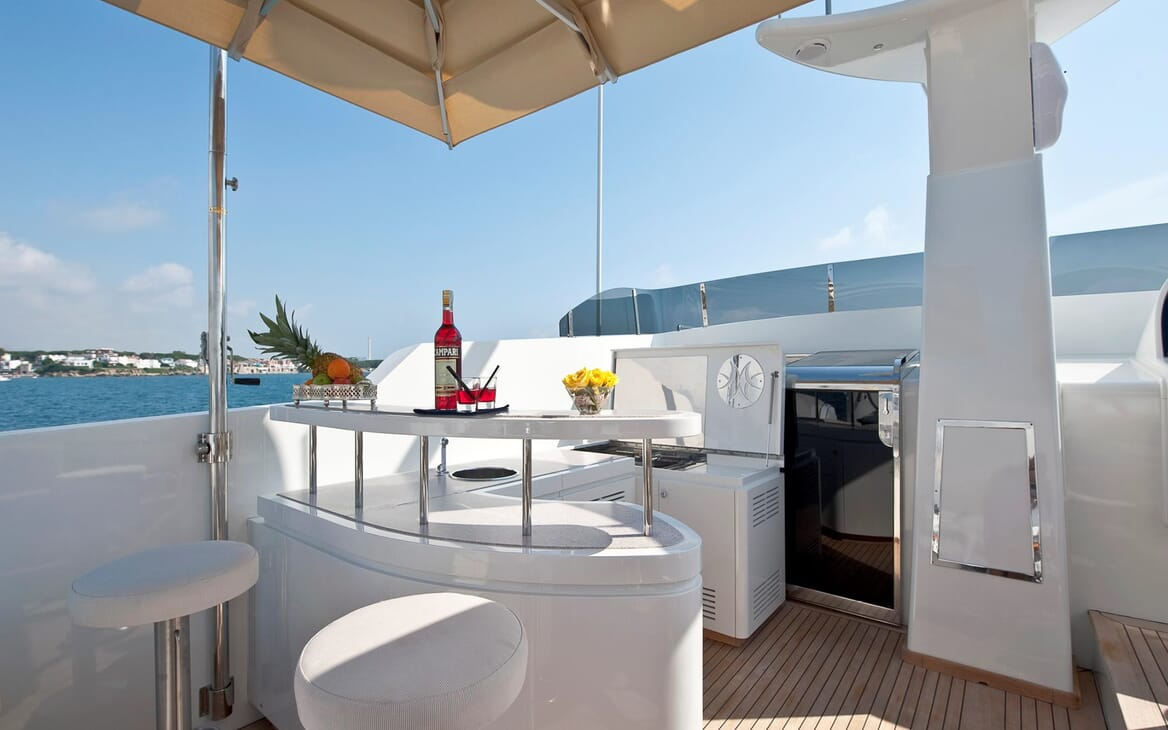 Motor Yacht Mrs White bar