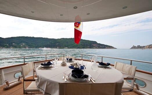 Motor Yacht Mrs White al fresco dining