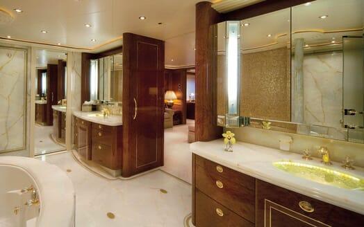 Motor Yacht Gigi master bathroom
