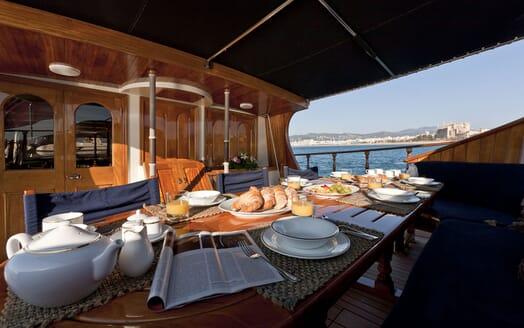 Sailing Yacht TIGERLILY OF CORNWALL Al Fresco Breakfast
