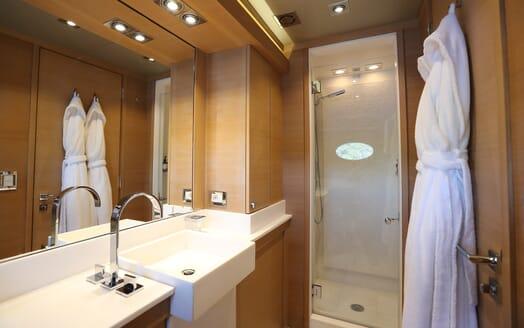 Motor Yacht Escape II Bathroom