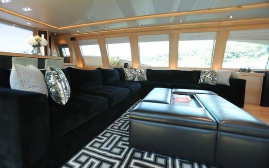 Motor Yacht Escape II Main Saloon Seating