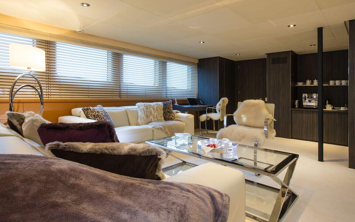 Motor Yacht MQ2 Lounge