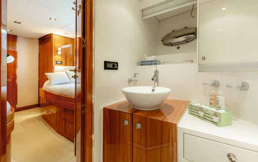 Motor Yacht SEA BREEZE ONE Twin Guest Bathroom!