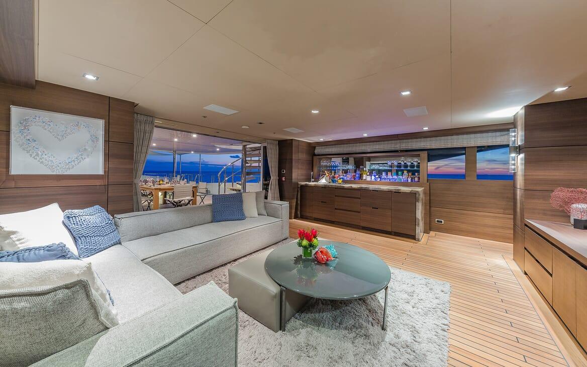 Motor Yacht Big Sky Saloon and Bar