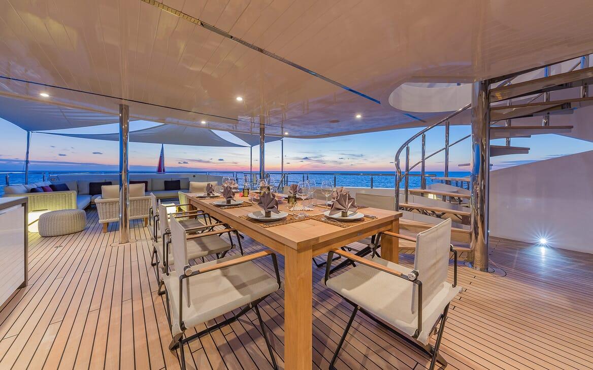Motor Yacht Big Sky Alfresco Dining