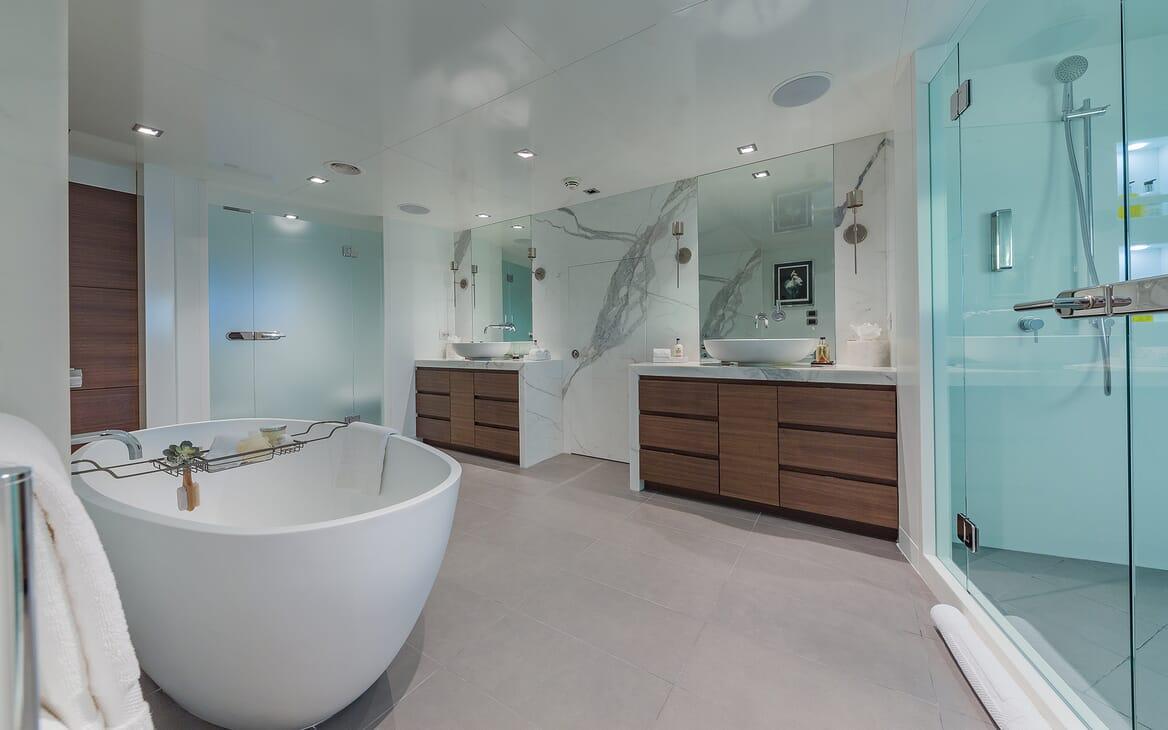 Motor Yacht Big Sky Bathroom