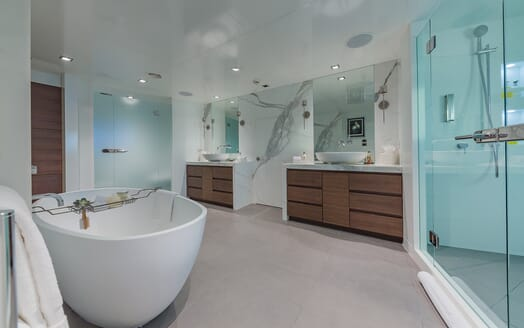 Motor Yacht Big Sky Bathroom