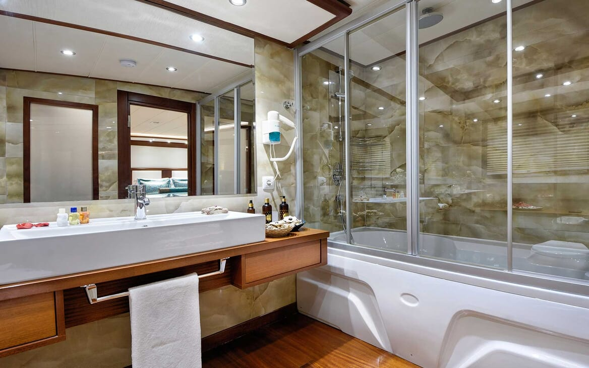Sailing Yacht Alessandro bathroom