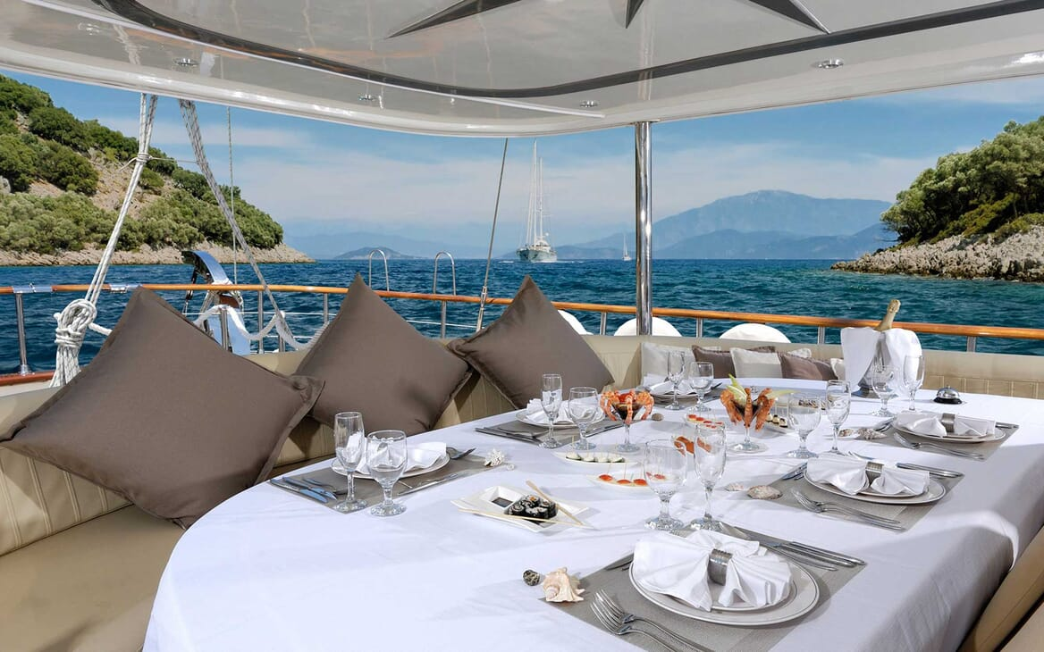 Sailing Yacht Alessandroal fresco dining