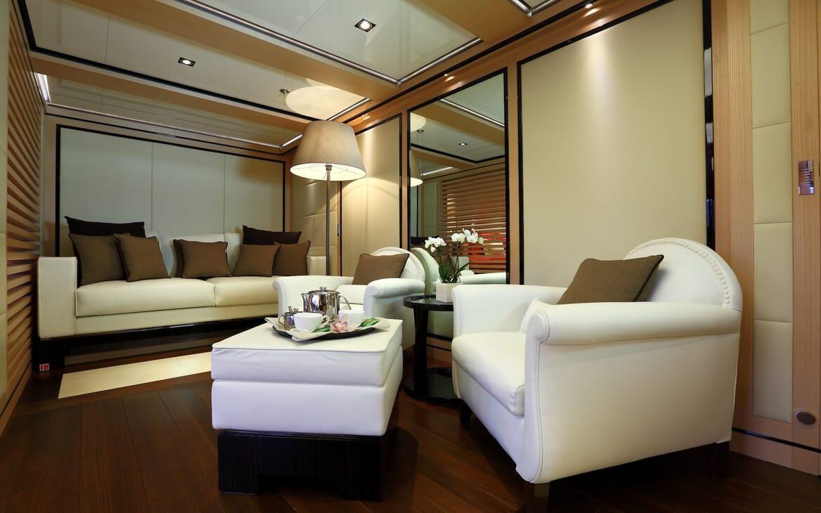 Motor Yacht 2 Ladies salon