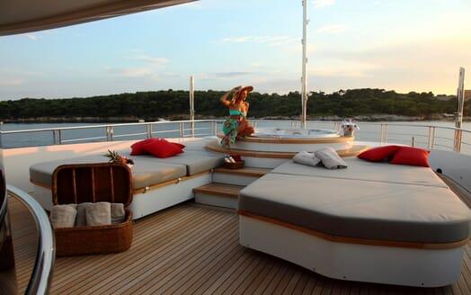 Motor Yacht 2 Ladies sun loungers