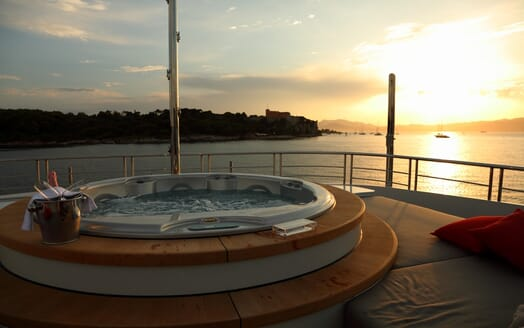 Motor Yacht 2 Ladies hot tub