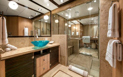 Motor Yacht Silver Wave master bathroom