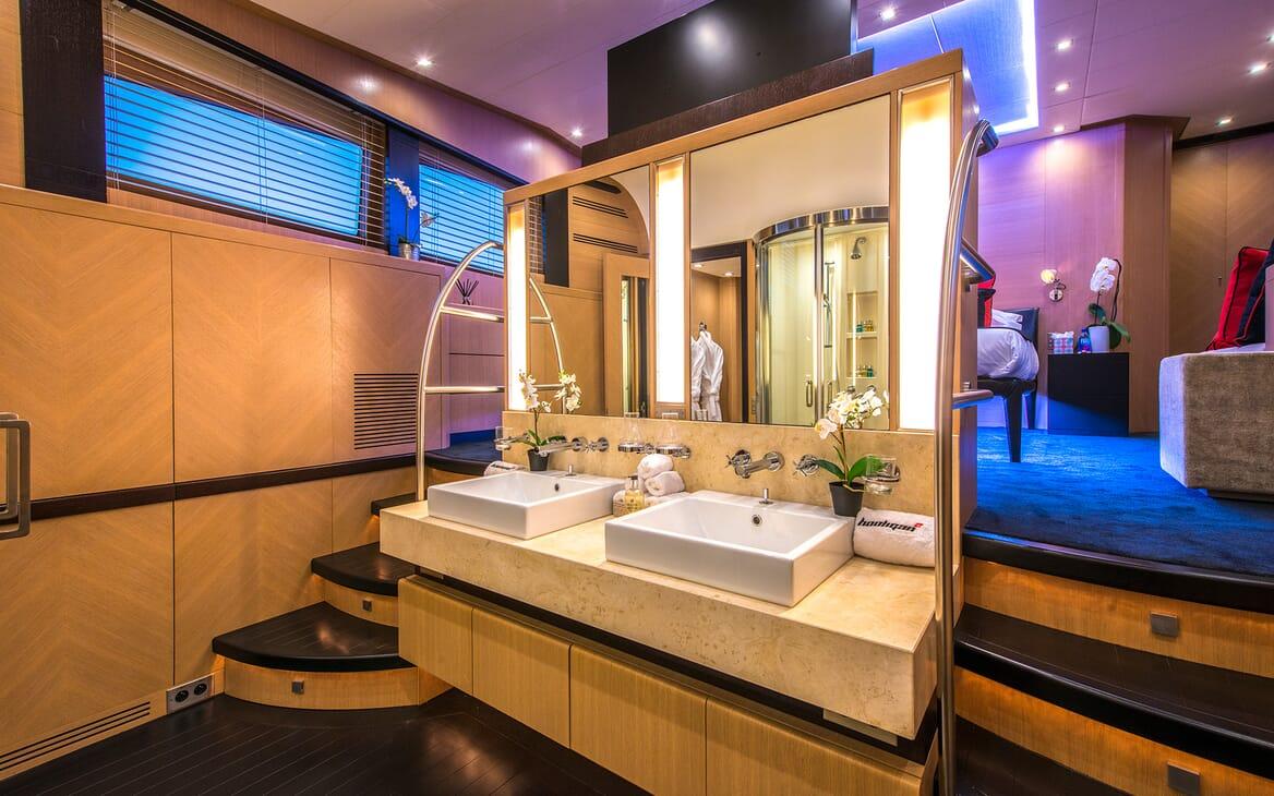 Motor Yacht Hooligan II Washroom
