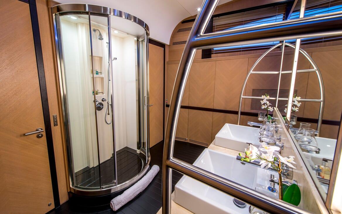 Motor Yacht Hooligan II Shower