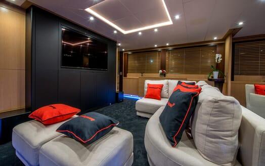 Motor Yacht Hooligan II Saloon